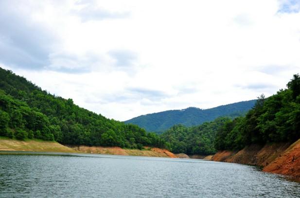 乡村旅游 乡村风情       九龙湖风景区是省内森林植被最好,水域面积