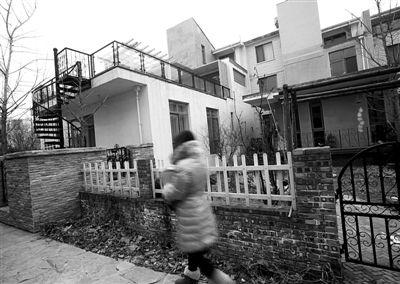 """(记者刘洋)横贯小院的房子,房顶装修成""""空中花园"""",顺义区高清图片"""